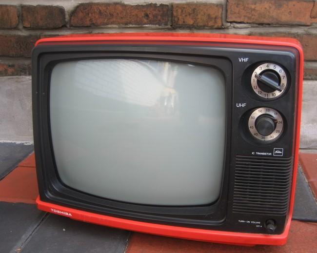 求购一台80年代12寸这样的黑白电视机,一定要橙色,和红色的